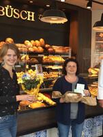 Jülich: LAGA-Pressemitarbeiterin Lea Mispelkamp, Gewinnerin Iris Gasper, Büsch-Geschäftsführer Norbert Büsch.