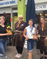 Wuppertal: LAGA-Pressemitarbeiterin Lea Mispelkamp, Nicole Gonzalez, stellvertretende Fachgeschäftsleiterin Büsch, Gewinnerin Andrea Kühn, Ramona Engels-Rieger, Büsch-Fachgeschäftsleitung.