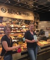 Köln: LAGA-Pressemitarbeiterin Lea Mispelkamp, Gewinnerin Sabine Troschke und Büsch-Fachgeschäftsleiterin Eleni Paraskevopoulou.
